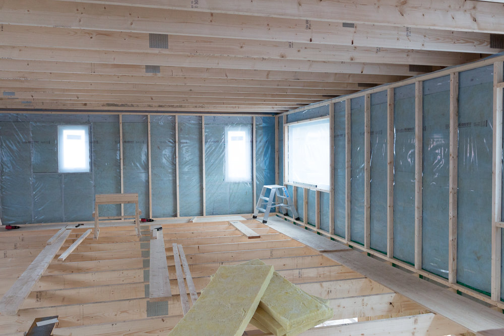 Reglar för installationsväggen börjar komma upp på övervåningen.