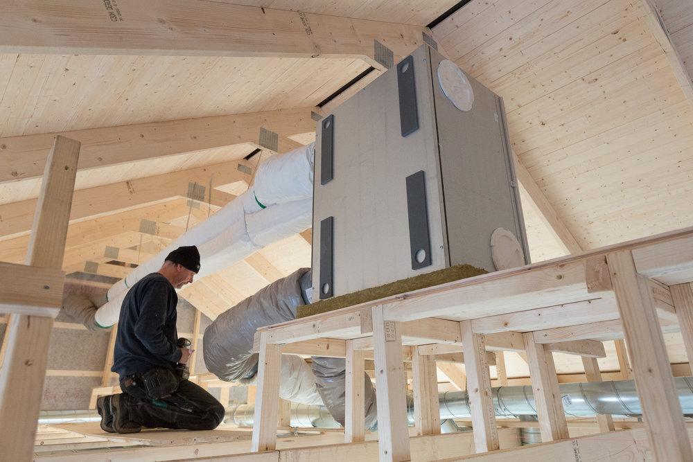 Lasse precis klar med ftx-ventilationen. Aggregatet placerades på en 100 mm markskiva glasull för att minimalt med ljud ska fortplanta sig ner i bostaden.