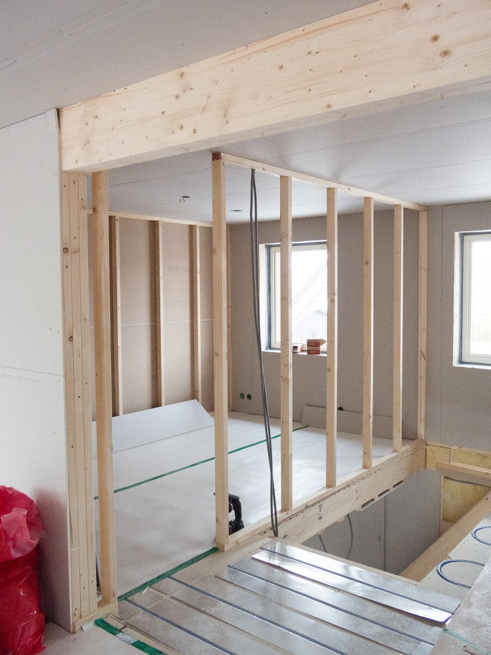 Här ett av barnens rum. Den vackra träbalken känns det synd att gipsa in, skulle nog bli snyggare att bara vitlasera.