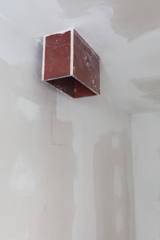 Tvättnedkastet från stora badrummet på övervåningen ner i tvättstugan. Tvätten kommer landa i en tvättkorg inne i en av garderoberna som ska stå längs väggen.