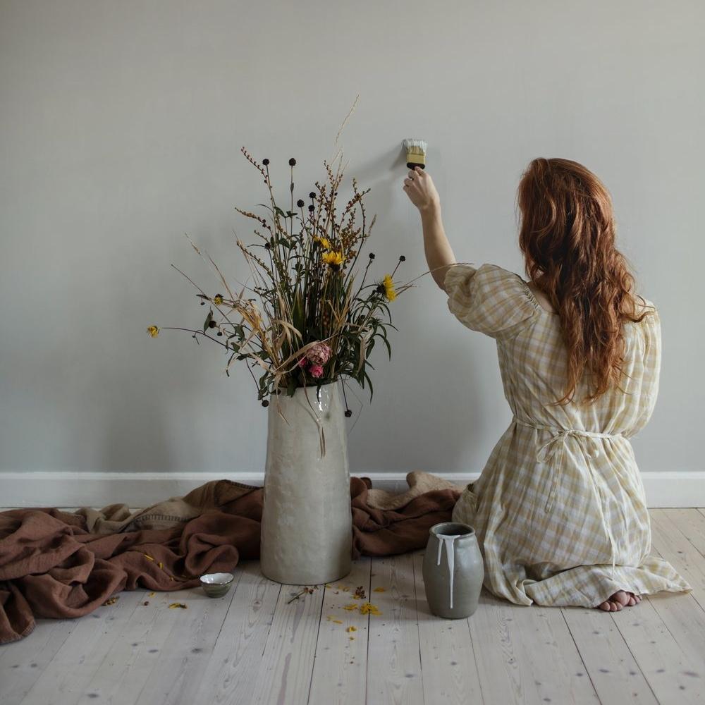 Vardagsrum, kontor och hall målas i Auro Oyster 913.  Bild från  Elin Lannsjös blog  där hon bl a skriver om Auros färger.