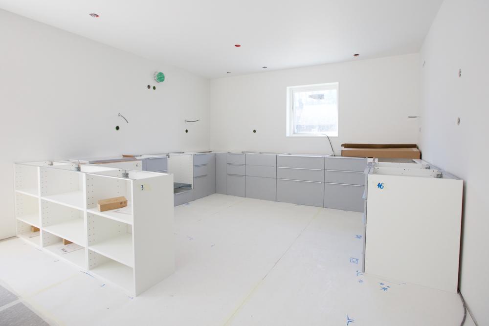 Monteringen av köket har påbörjats.IKEA Veddinge i ljusgrått som kommer få en bänkskiva i kvartskomposit (Noble Supreme White från Technistone som monteras av vår sponsor  GranitSet ). Vitvarorna kommer från Siemens, Asko och Electrolux. Här ett inlägg om vårt val av kök: https://www.hemresan.net/hemresan/2017/1/22/att-vlja-kk-del-11
