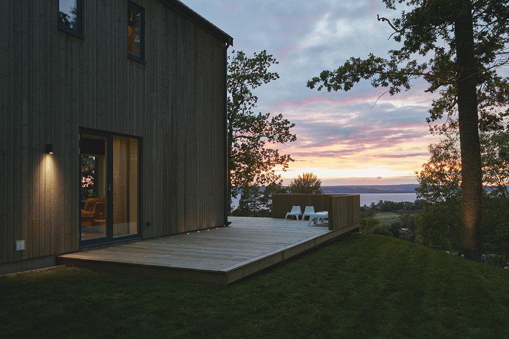 Miljöbilden från Hide-a-lite ger en bra känsla av hur belysningen kommer se ut på vårt hus, då husets fasad och stil är väldigt lik.