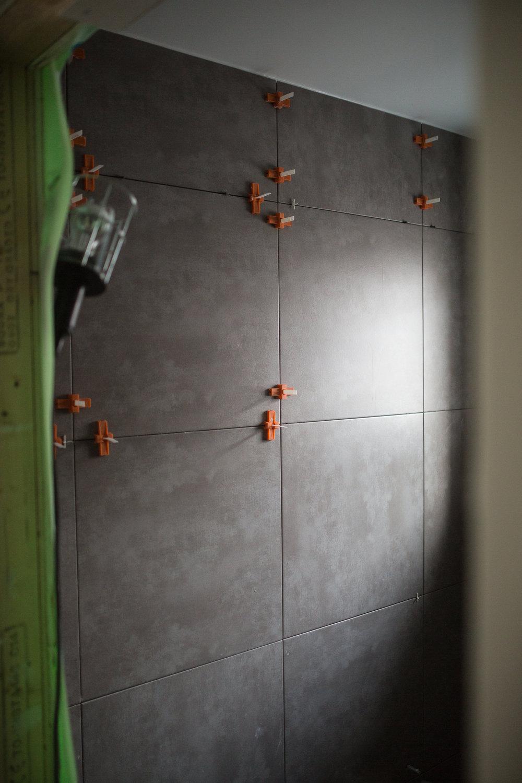 Konradssons Kakel (sponsor)   Cement, 60x60 cm. Vi kör den överallt där vi har kakel/klinker. Finns i flera färger, vi har valt svart och grått.