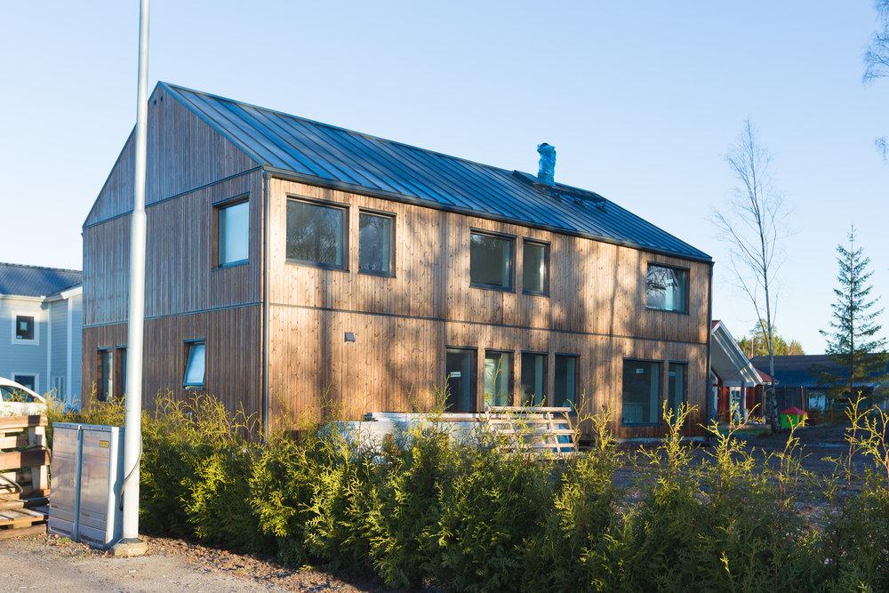 Ett frostbitet hus fullt med snickare som pinnar på för att få det näst intill klart till jul!