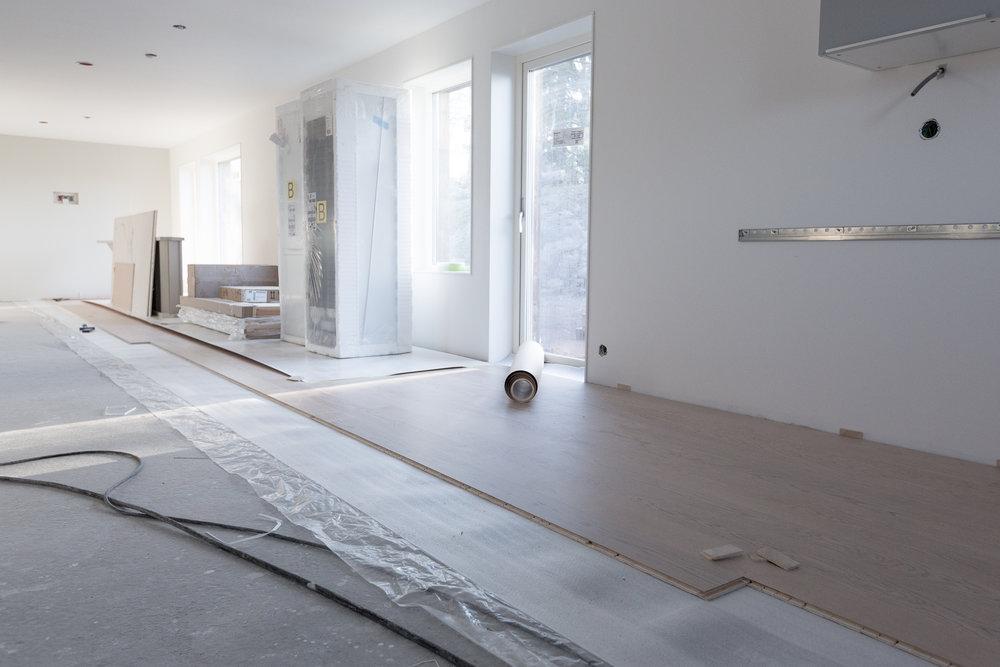 Nästan 14 meter är det öppna rum som rymmer kök, matplats och vardagsrum.