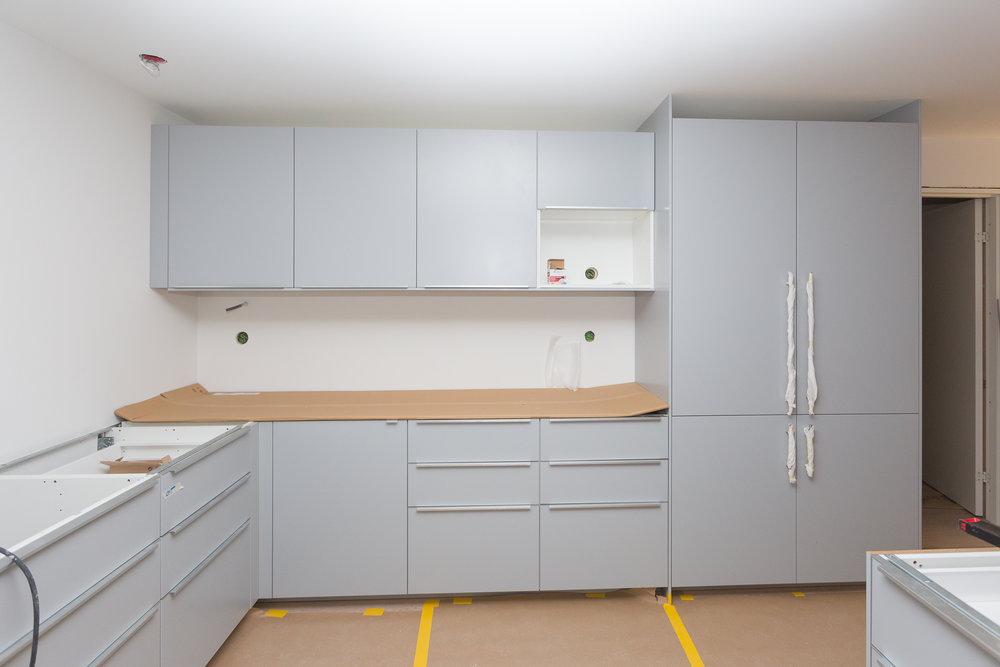Blir ca 11 meter bänkskiva, så vi borde få plats i köket hela familjen, plus några till.