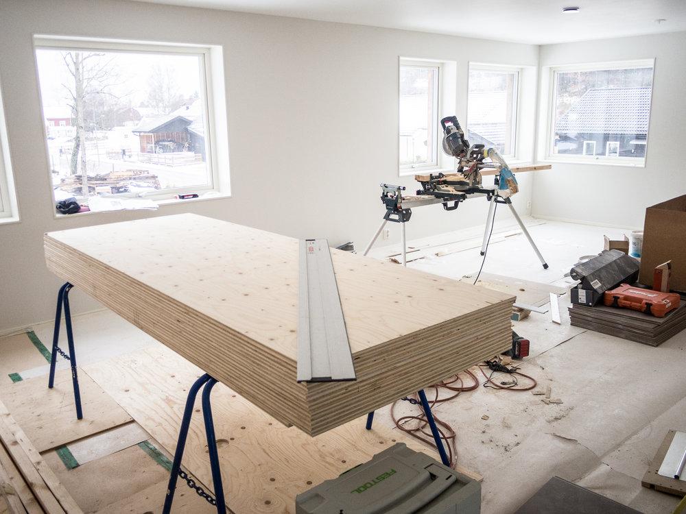 EDC Bygg  arbetar med att färdigställa badrummet på övervåningen, för övrigt är det mesta klart där uppe.