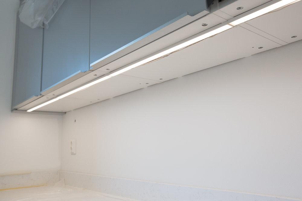Undersidan av IKEAS METOD-stommar är inte så snygga, så därför vill vi ha täcksidor där. Jag kommer dessutom såga ut för belysningen så den blir nedsänkt. Belysningen är IKEA OMLOPP.