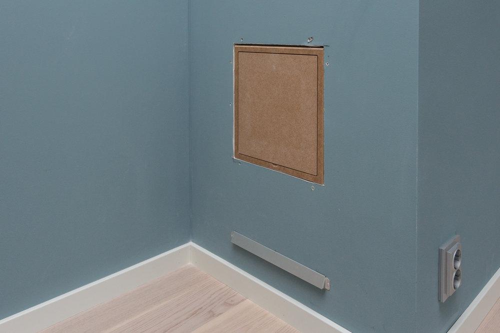 Inspektionslucka till skorstensschaktet som kommer målas med samma Patek Blå från Auro som resten av master bedroom.  Auro är en av våra sponsorer.