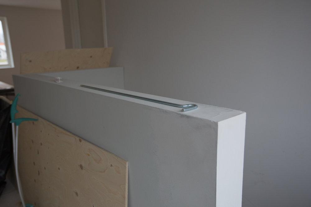 Räcket vid trappan på övervåningen kommer få en överliggare i mattlackad MDF så den blir lite tåligare.