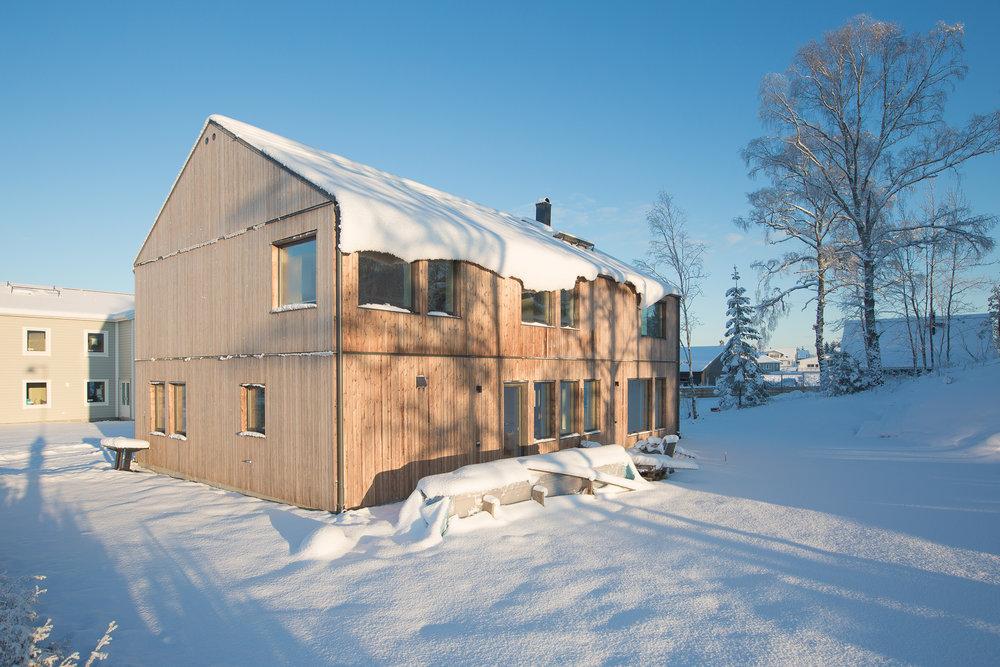 Som en vit gardin hänger snön ner över fönstren på södersidans övervåning. Snörasskydd ska monteras i veckan på entrésidan, men här får man se upp.