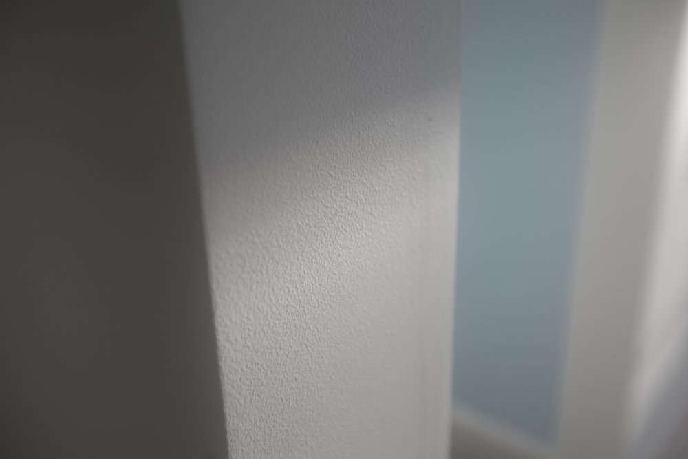 Redan i hallen möts jag av nymålade väggar. Ser mycket bra ut!
