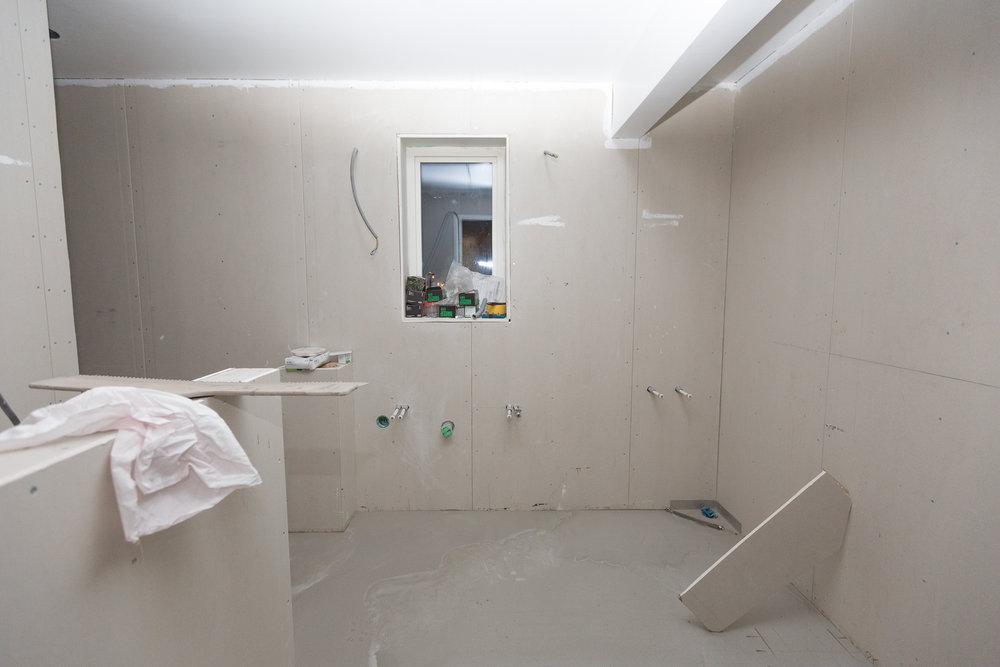I badrummet på övervåningen är det snart dags att börja med plattsättningen. Micke från  EDC Bygg  har redan gjort badrummet nere och tvättstugan, så jag känner mig väldigt trygg med att det kommer bli bra.