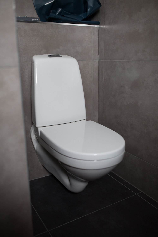 Toalettstolen påplats.