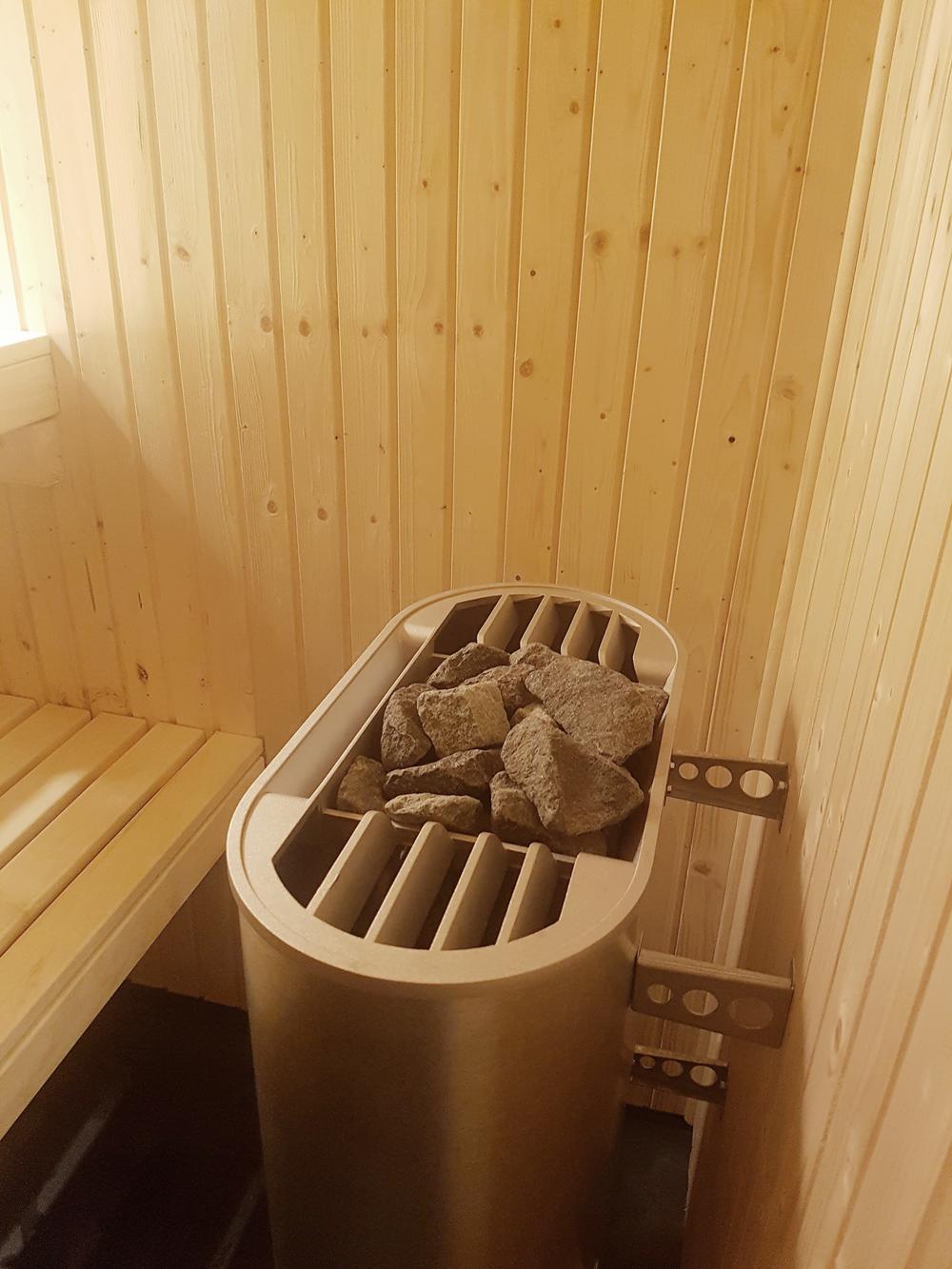 Vi har även tvättat stenarna, fått dem på plats och invigt bastun. Barnen älskar den och vill basta jämt.