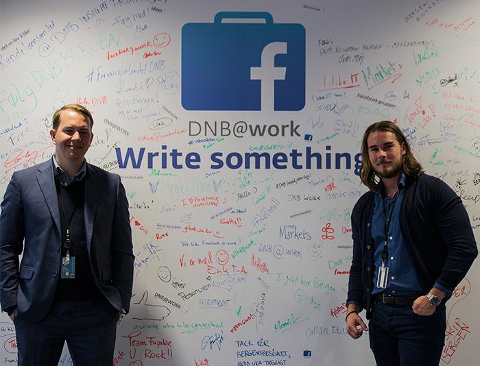 DNB@work: Stian Madsen (til venstre) og Alexander Weiss Reichter (til høyre) viser oss DNB@work-veggen.