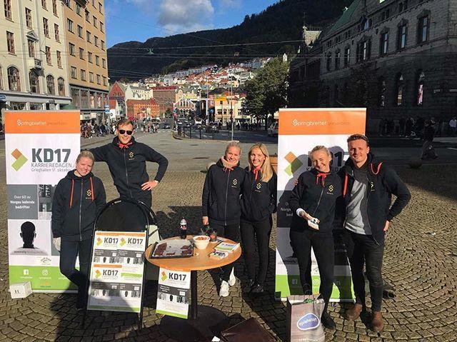 Karrieredagsgruppen har stått på stand hele uken rundt om i hele Bergen og hatt konkurranser med mulighet til å vinne superkule premier! Har du ikke sett oss enda? Fortvil ikke, vi vil stå på stand flere steder neste uke også! For mer info, se vår Facebook-side (link i bio)😃 #KD17