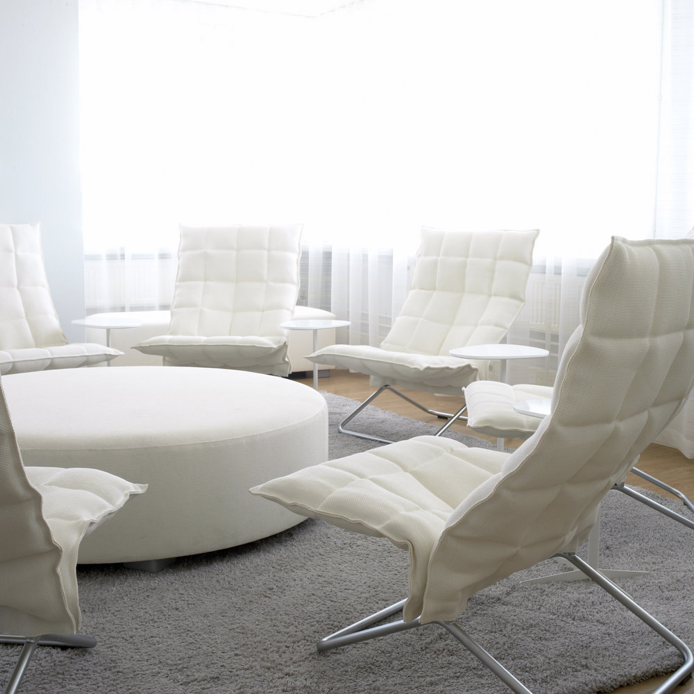 46003  Narrow Tubular k Chairs  white, 45605 Round bench white, 1612222 Sammal ice tufted carpet
