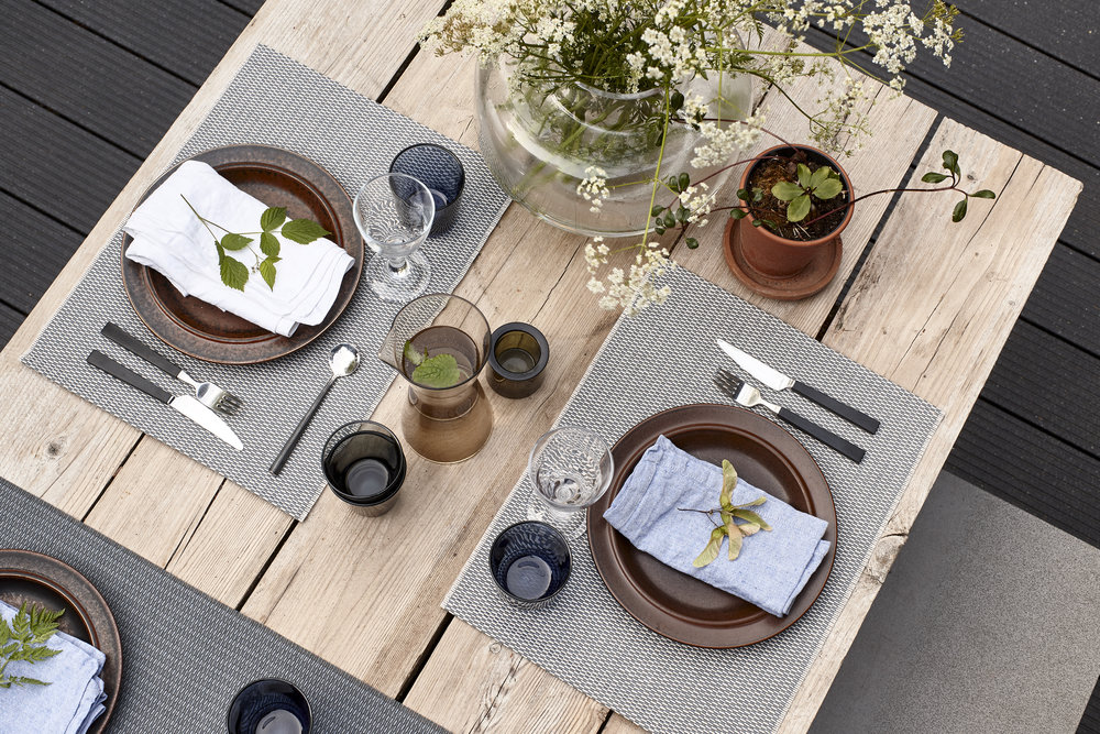 Morning 3114015 graphite-stone place mats and Morning 3114040 graphite table runner