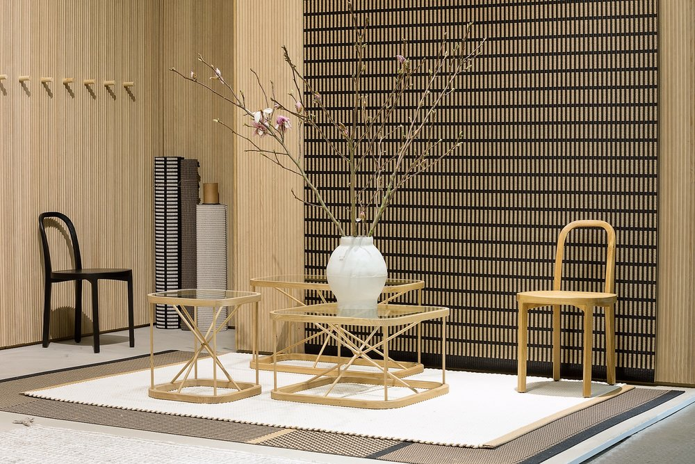 Woodnotes  Twiggy oak tables  and  Siro+ chairs  together with New York paper yarn carpet on the wall and Duetto (Hanna Korvela Design) cotton paper yarn carpet on the floor. /  Woodnotesin    Twiggy-pöydät    ja    Siro+ tuolit    yhdessä seinälle ripustetun New York paperinarumaton ja lattialle sijoitetun Duetto (Hanna Korvela Design) kanssa.