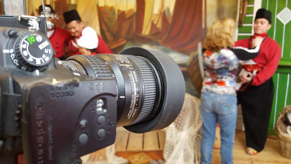 Klaarmaken voor de foto in klederdracht Volendam