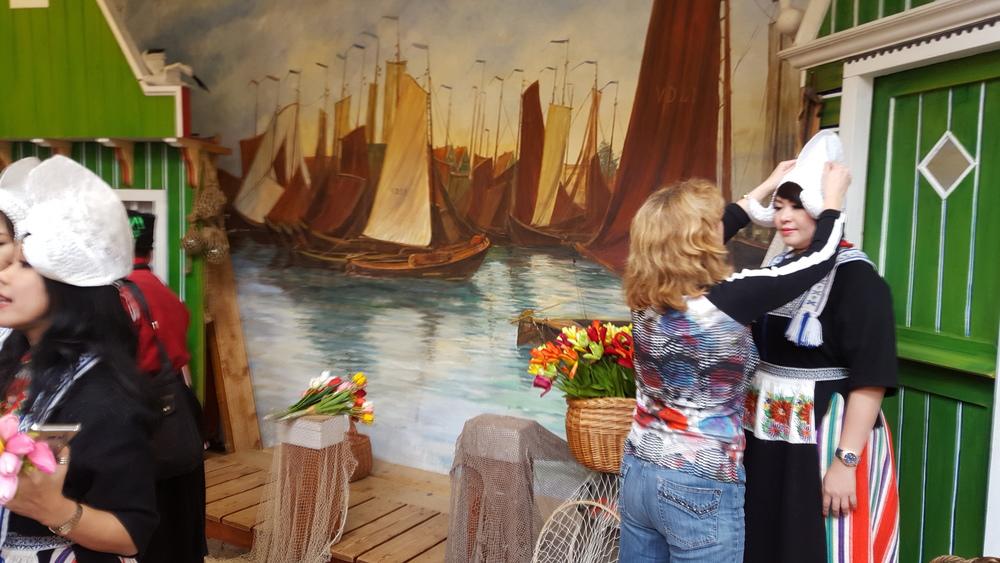 foto in klederdracht Volendam klaar voor de foto