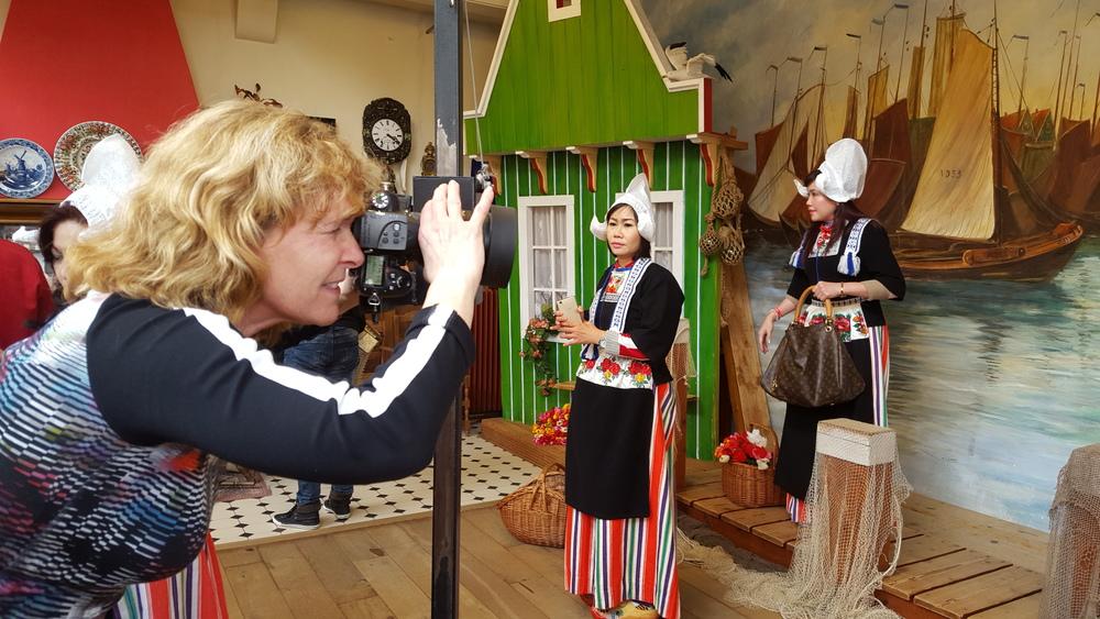 foto in klederdracht Volendam even scherpstellen