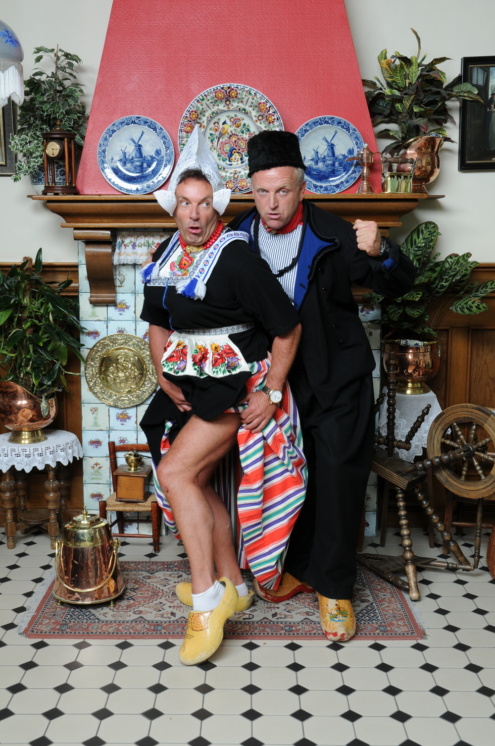 Gerard Joling en Gordon foto in Volendamse klederdracht