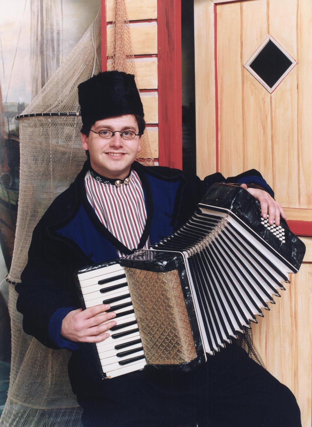 Guus Meeuwis foto Volendams kostuum