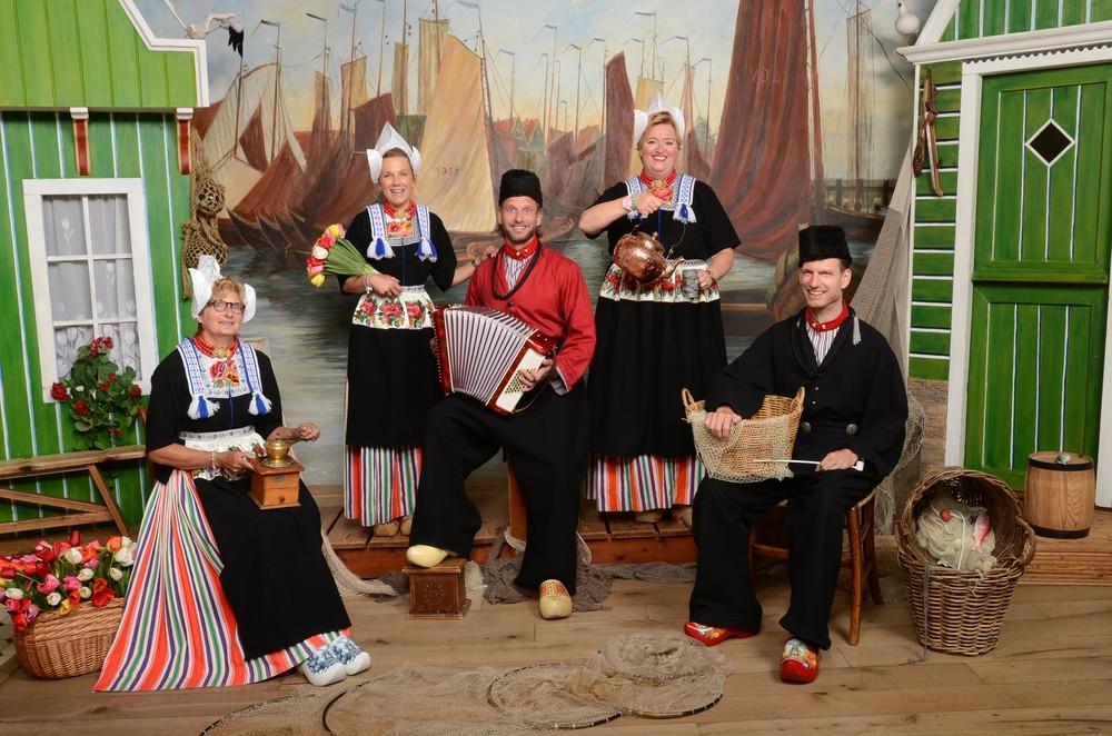 Groep in Volendams kostuum