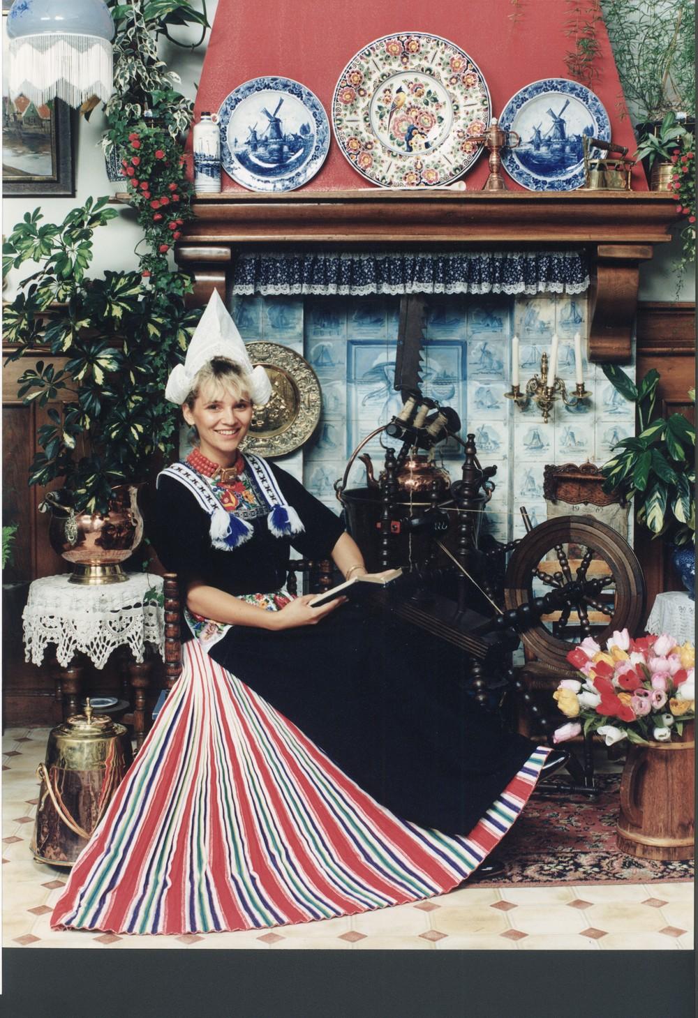Tatjana Simic op de foto in Volendams kostuum