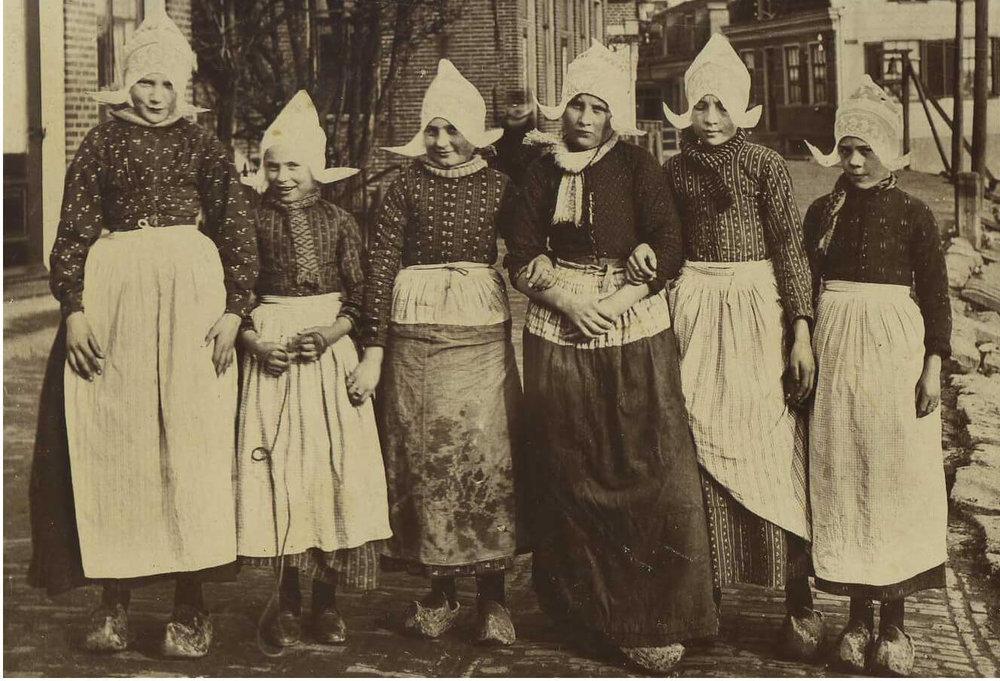 meisjes klederdracht.jpg