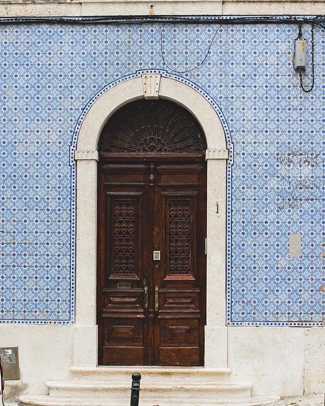 I'm a door whore 🚪🇵🇹 . . . #Huffposttravel #abmtravelbug #theeverygirltravels #passionpassport #traveltheworld #suitcasetravels #takemethere #visiteurope #europetrip #lisbonne #doorsofinstagram #dslooking #abmlifeiscolorful