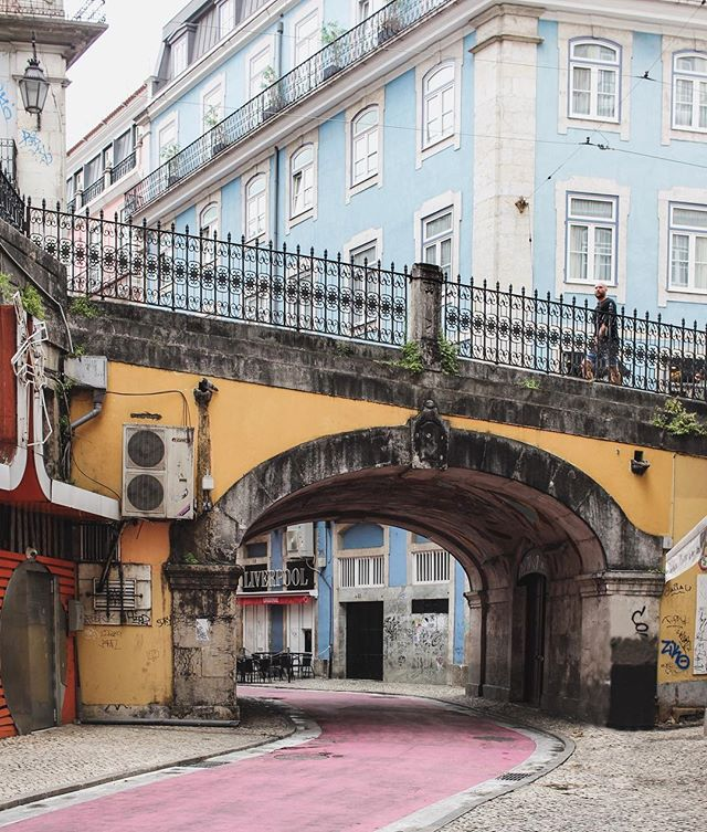 Colour blocking before it was cool 🇵🇹 . . . #Huffposttravel #abmtravelbug #theeverygirltravels #passionpassport #traveltheworld #suitcasetravels #takemethere #abmlifeiscolorful #dscolor #europetrip #visiteurope #lisbonne