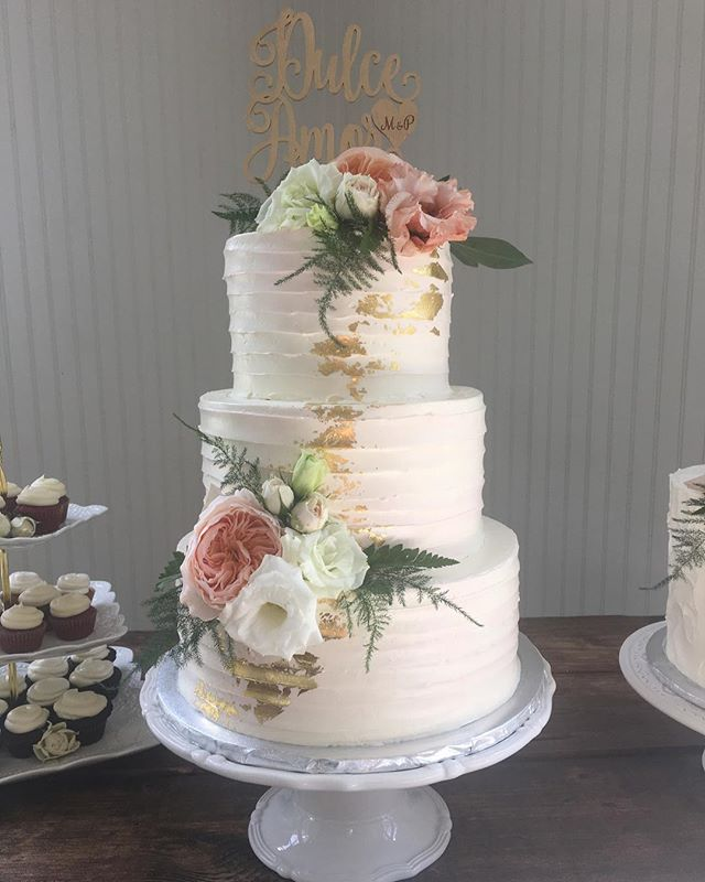 """My colors are blush and bashful...""💗💗💗a beautiful day @littleriverfarms ! #steelmagnolias #pinkmarble #goldleaf #atlantawedding #buttercreamcake"