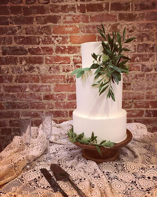 """Simplicity is the keynote of all true elegance"" -Coco Chanel. Happiest of happily ever afters @allieruthbrackett ! Xx #weddingcake #cocochanel #buttercream"