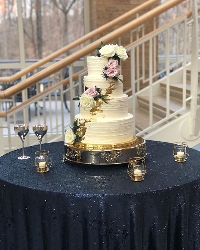 Navy and gold...gets me every time! 😍#atlantaweddings #goldleaf #buttercream