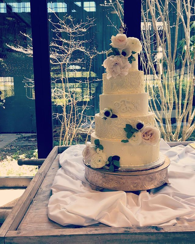 The Farm @oldedwardsinn , the planning by @wetietheknots and the florals by @boukates is a show stopper every time!! #highlands #springweddingseason #vintagecaketopper