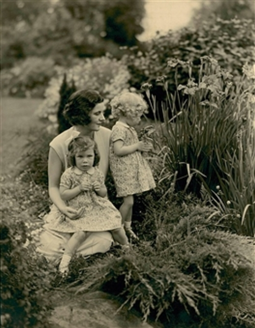 Mrs WH Vanderbilt with her two daughters in the garden at Oakland Farm