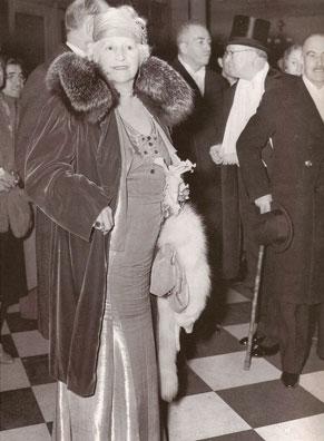 Mrs. Cornelius Vanderbilt, Society's reigning queen, arriving at the Metropolitan Opera