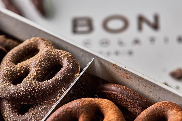 Here is one we did for @bonchocolatier I love the texture of the dust on the pretzels with this shot. Chocolate covered pretzels used to be one of my favorite things pre-#keto ⠀⠀⠀⠀⠀⠀⠀⠀⠀ Adding a row of #foodphotography to my main feed. ⠀⠀⠀⠀⠀⠀⠀⠀⠀ •••••[]••••[]••••[]••••[]••••[]••••[]••••[]•••• #foodphoto #chocolate #chocoholic #nothingisordinary #myfab5 #f52grams #dailyfoodfeed #lovefood #eatingfortheinsta #flatlay #spoonfeed #huffposttaste #infatuation #buzzfeast #feedyoursoull #cheatmeal #tastingtable #forkyeah #heresmyfood #eater #eattheworld
