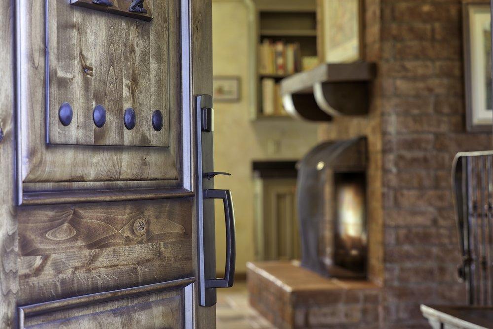 FRONT_DOOR&FIREPLACE.jpeg