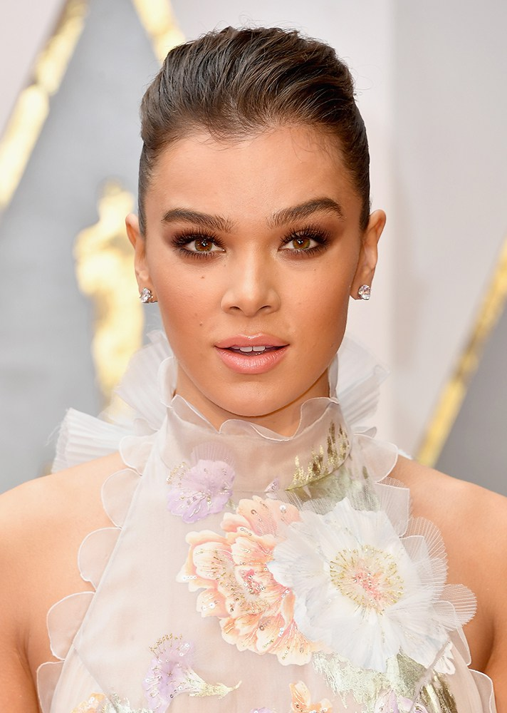 Hailee Steinfeld - Love her bronze smokey-eye and nude lip. And those eyebrows!!