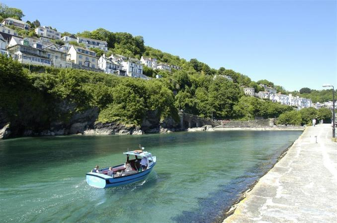 amberlooe_harbour_entrance_with_boat.jpeg