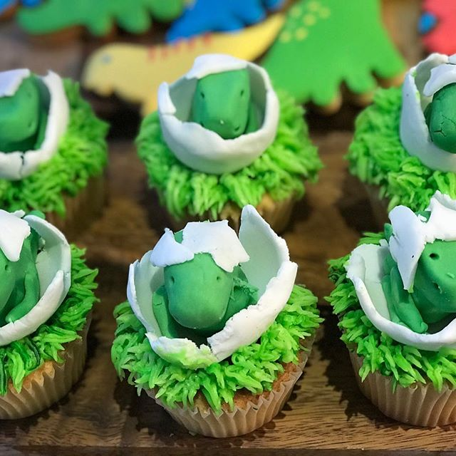 Close up of the hatching dinosaur cupcakes made with help from my brilliant nephew Tom. #cupcakes #fondant #green #grass #eggshells 🐊🥚🐢