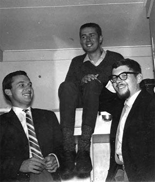 Met pianist Gijs Went (l) en Marijn de Rijk (r) op weg naar New York, aan boord van de Maasdam, 1961. Collectie Han Bennink