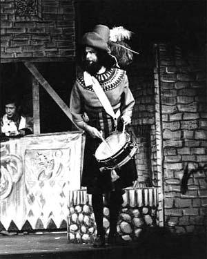 Als Hitse Beuk in 'Oltre tomba', links Peter Bennink, 1973. foto Pieter Boersma