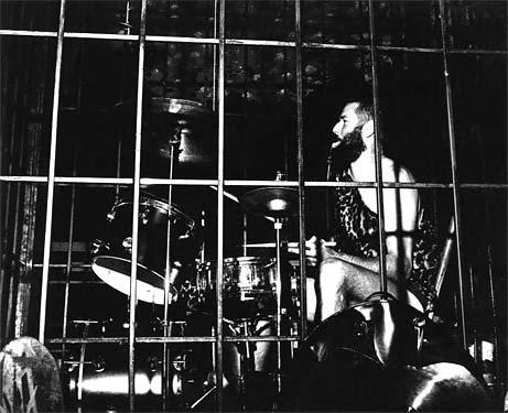 In de kooi in 'Kain & Abel', 1972. foto Pieter Boersma