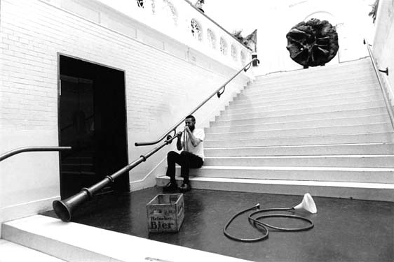 In het Stedelijk Museum, Amsterdam, met soft trumpet, 1972. foto Pieter Boersma